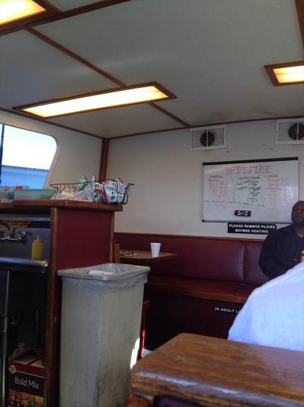 船内にはキッチンもあり、ハンバ...