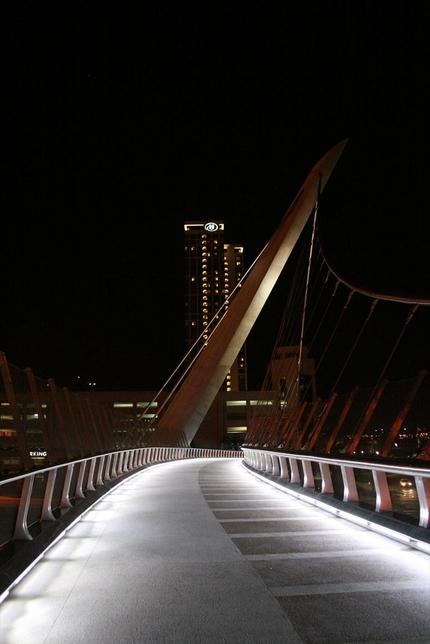 ホテルに通じる歩道橋