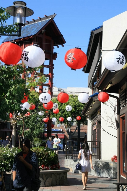 日本街プラザの通り ちょうちん...