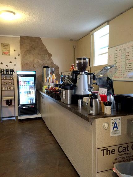 猫部屋とカフェは離れています