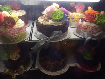 お花で飾られたホールケーキ
