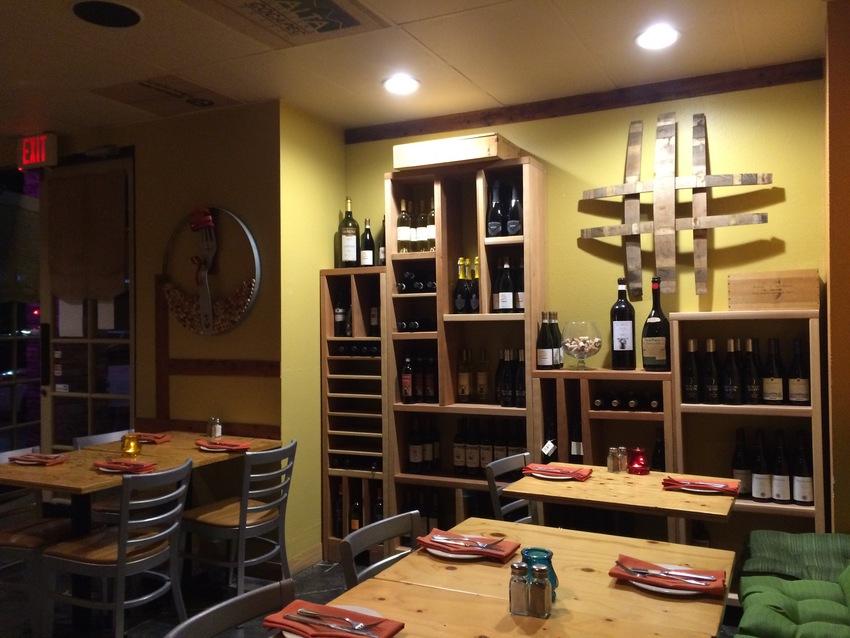 棚にはワインがたくさん並べられ...