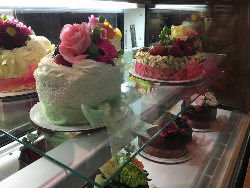 ケーキにお花が添えられていてと...