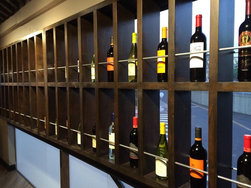 壁にはワインが飾られていてとっ...