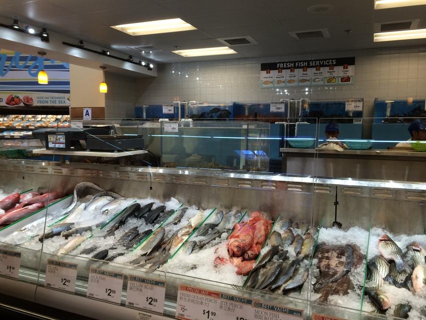 精肉・鮮魚もキレイに並べられて...