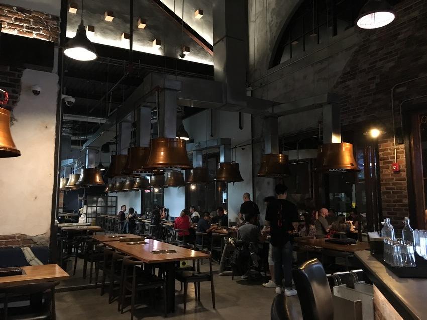 天井が高く、とても広々とした店...