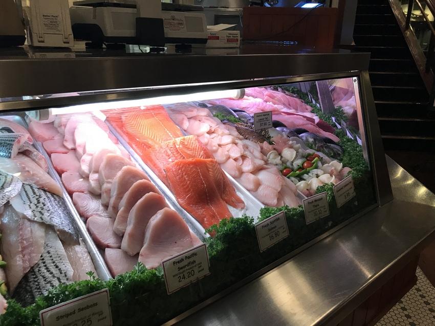 新鮮な魚介を購入する事もできま...