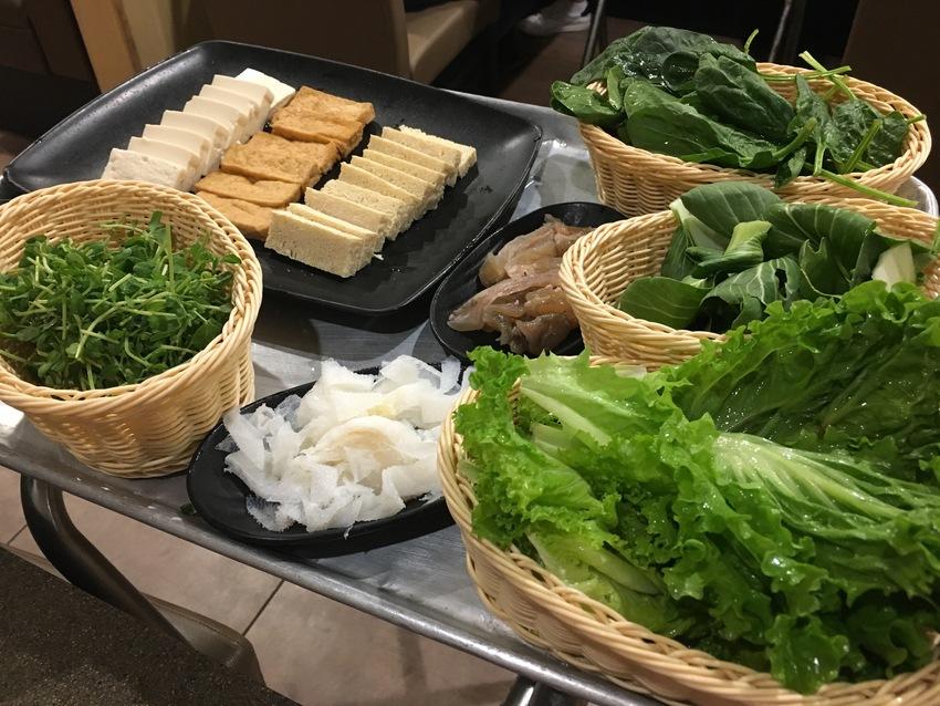 野菜や豆腐、きのこ、麺類、お団...
