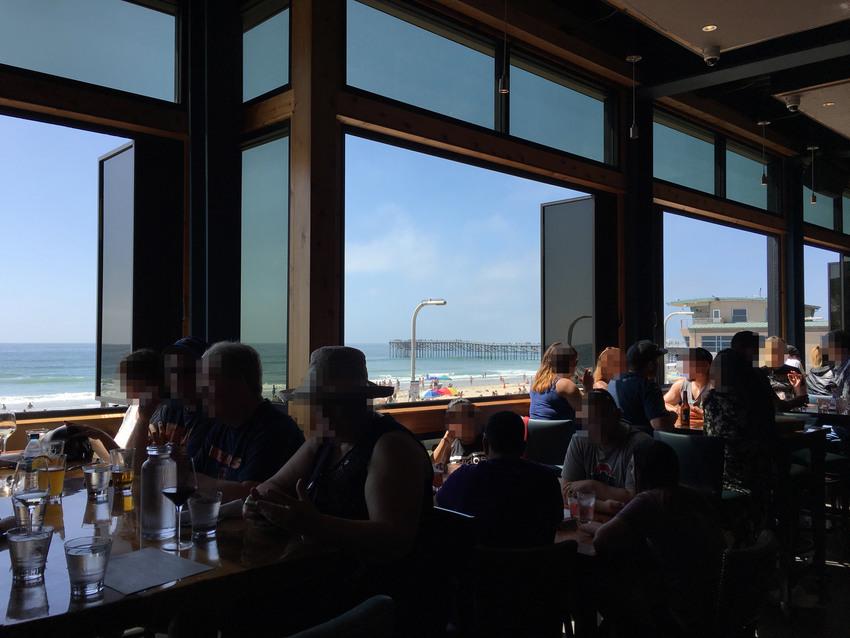 窓辺の席に座れば海が見られます