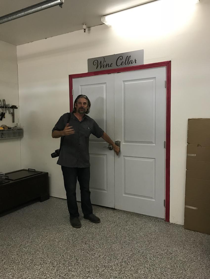 このドアからワインセラーへ