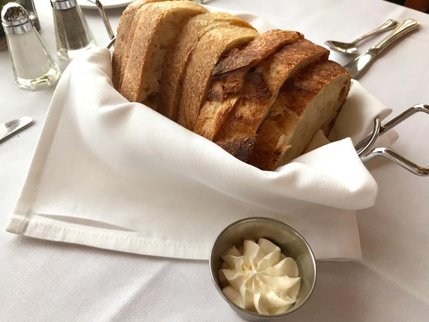 食前に出るパンはSourdou...