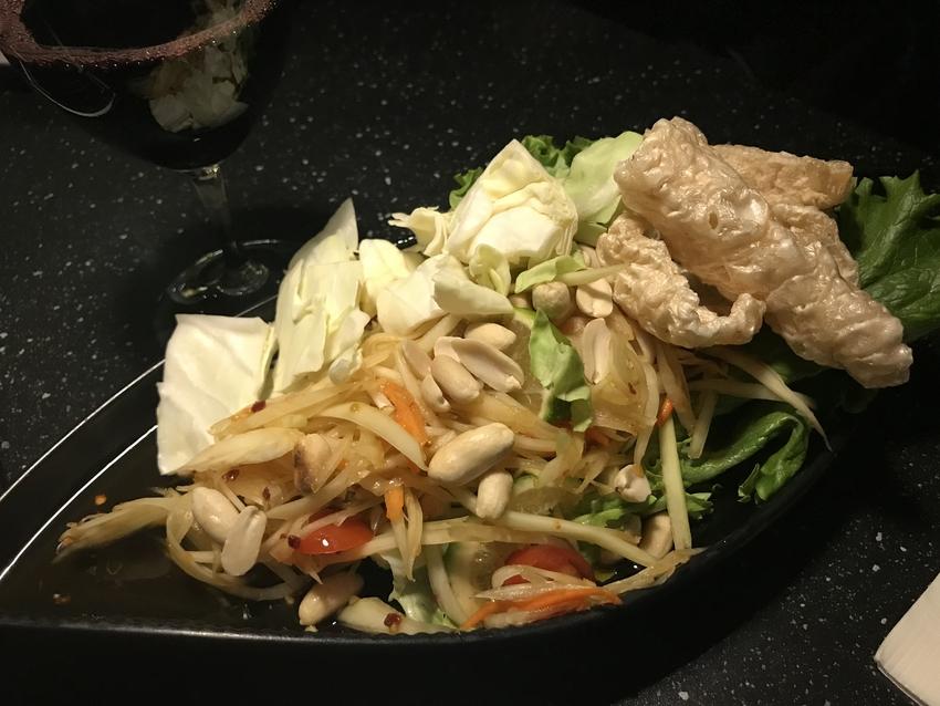 タイ料理の定番、パパイヤサラダ