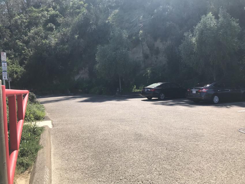 公園入り口には駐車場も