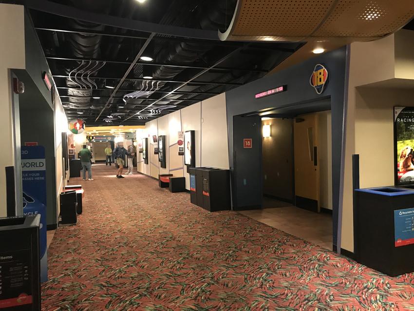 映画館は1階と2階に分かれてい...