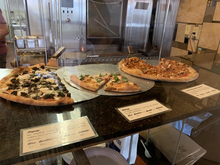 色々な種類のピザが並んで美味し...