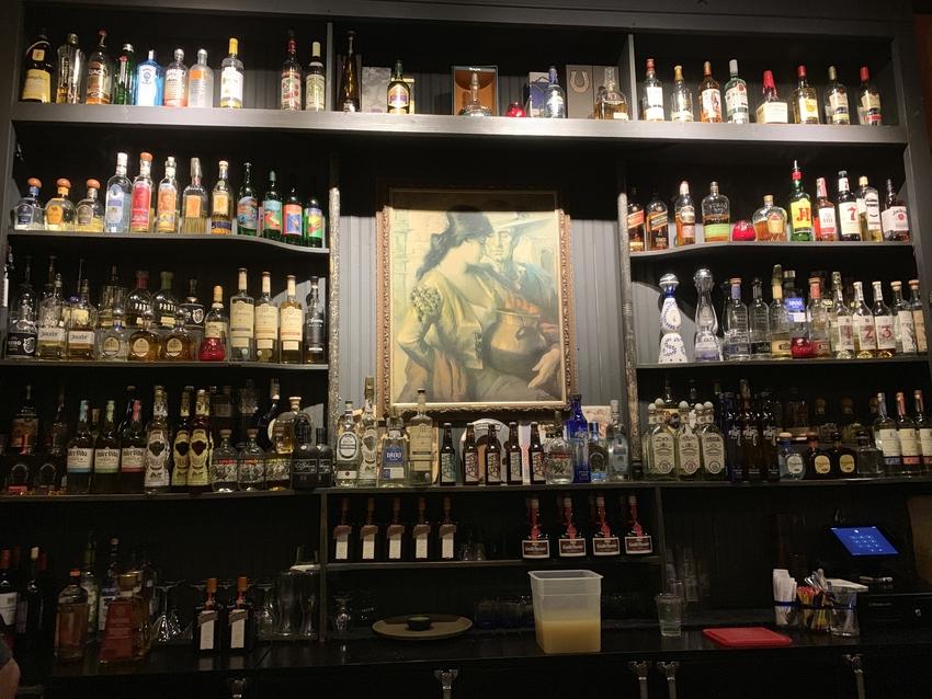 色々なお酒がキレイに並んでいる...