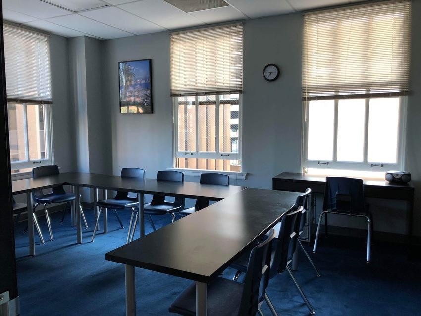 ガラス張りの教室で日差しが差し...