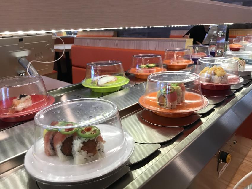 色とりどりのお皿が楽しい雰囲気...
