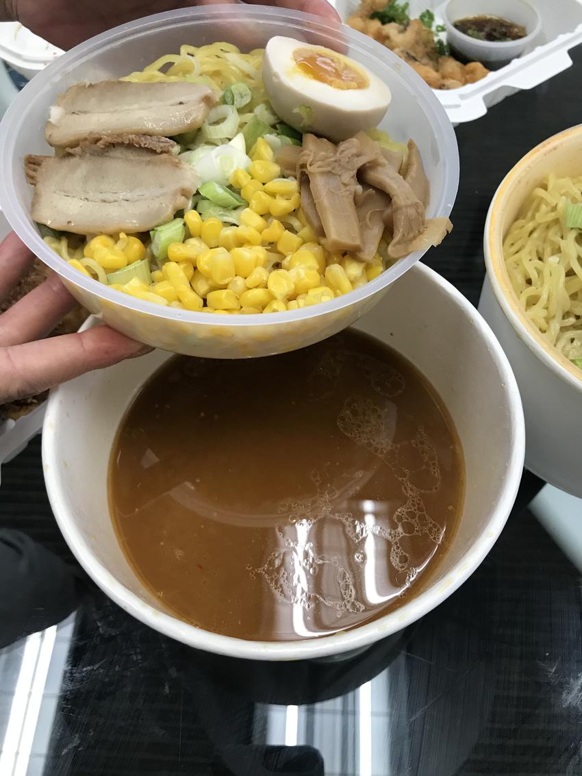 ラーメンは麺が別皿にセットされ...