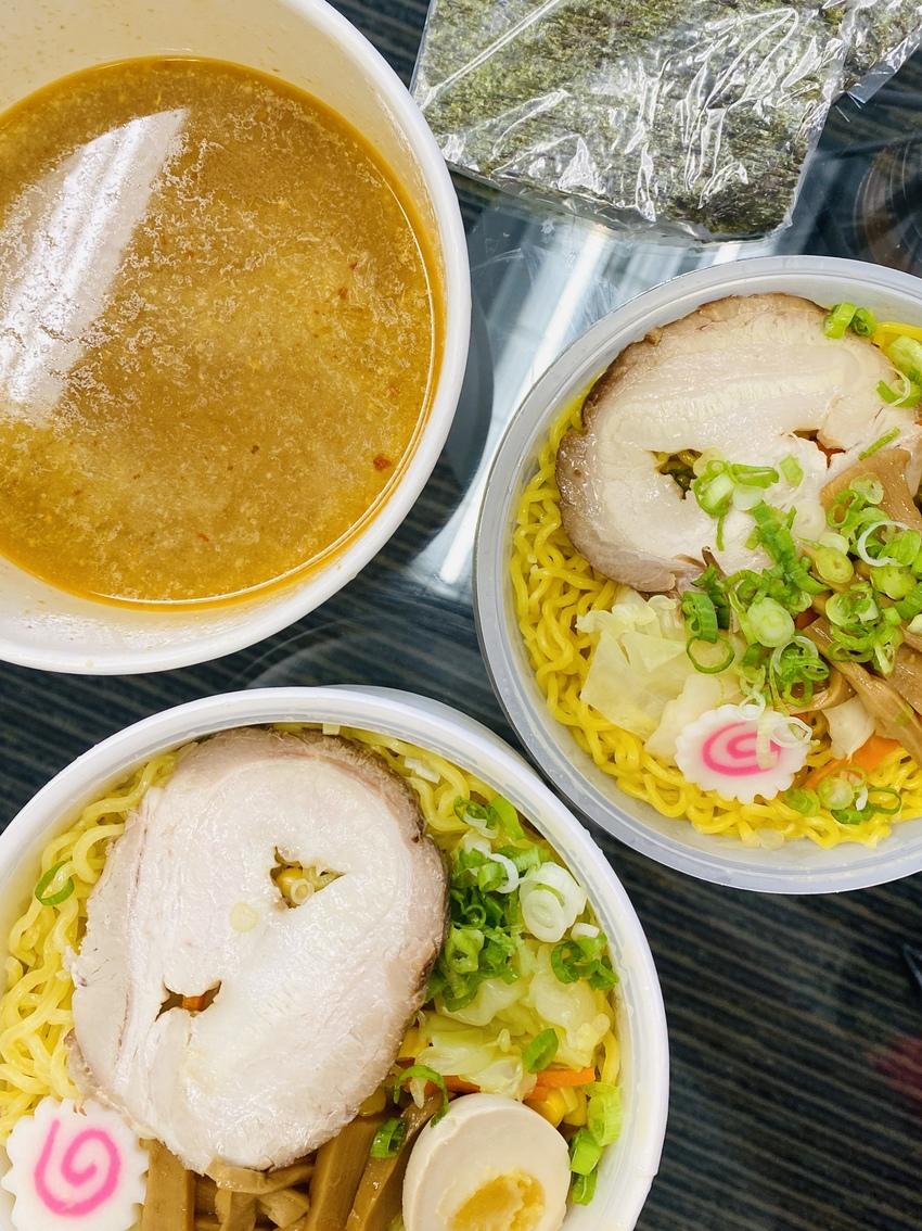 麺とスープがセパレートの容器に...