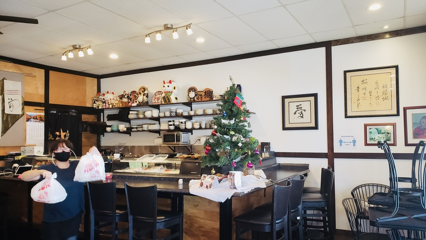店内にはクリスマスツリーも飾ら...