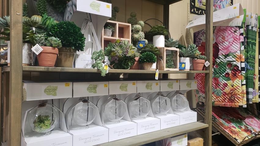 造花やディスプレ用の雑貨も多く...
