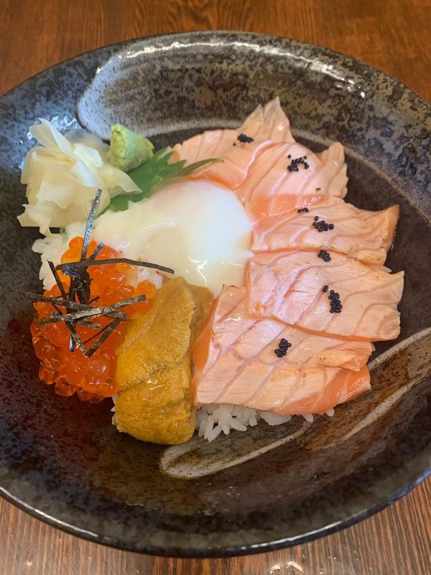 サーモンウニ丼