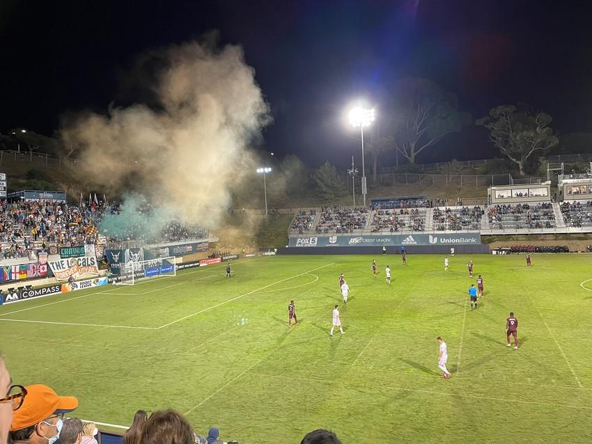 試合中は、煙をずっとたいていま...