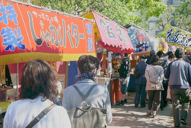 祭りではたくさんの食べ物の屋台...