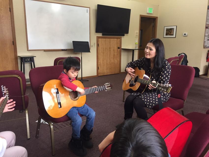 日曜日、礼拝後ギターの練習をは...