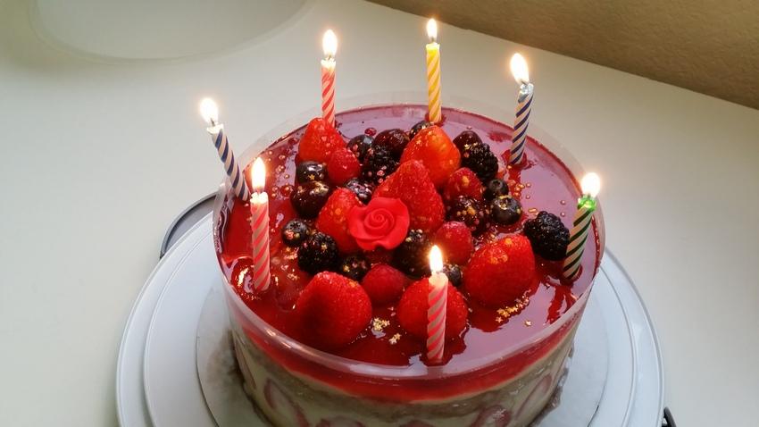 今月のお誕生日祝いケーキ。カス...