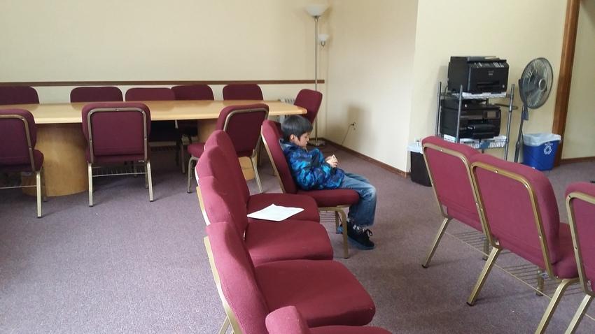 礼拝後は、誰かの携帯でゲームを...