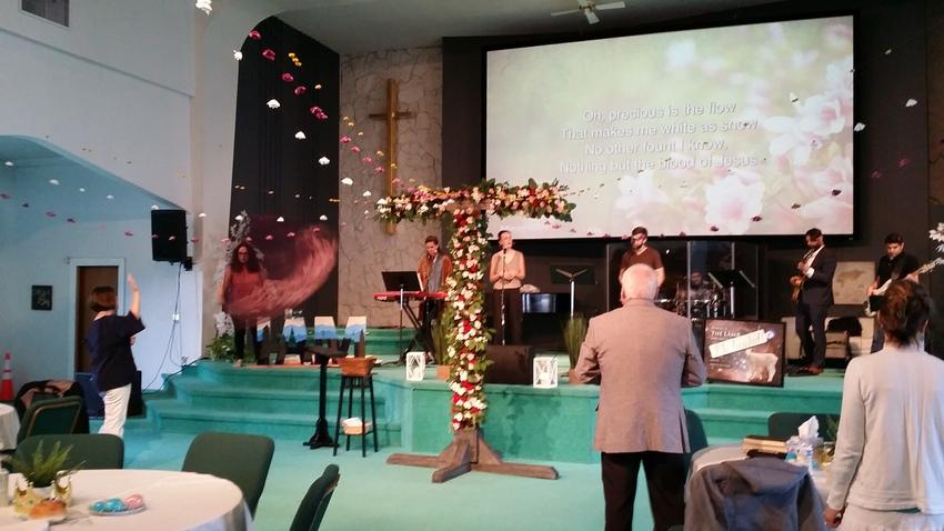 礼拝堂では、受難週の掲げた十字...