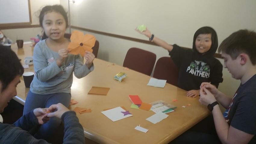 礼拝後、折り紙をして遊ぶみんな...