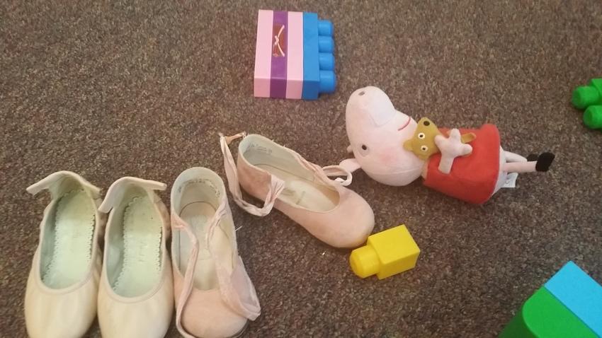 礼拝後、靴を脱ぎ捨てて遊ぶ子供...
